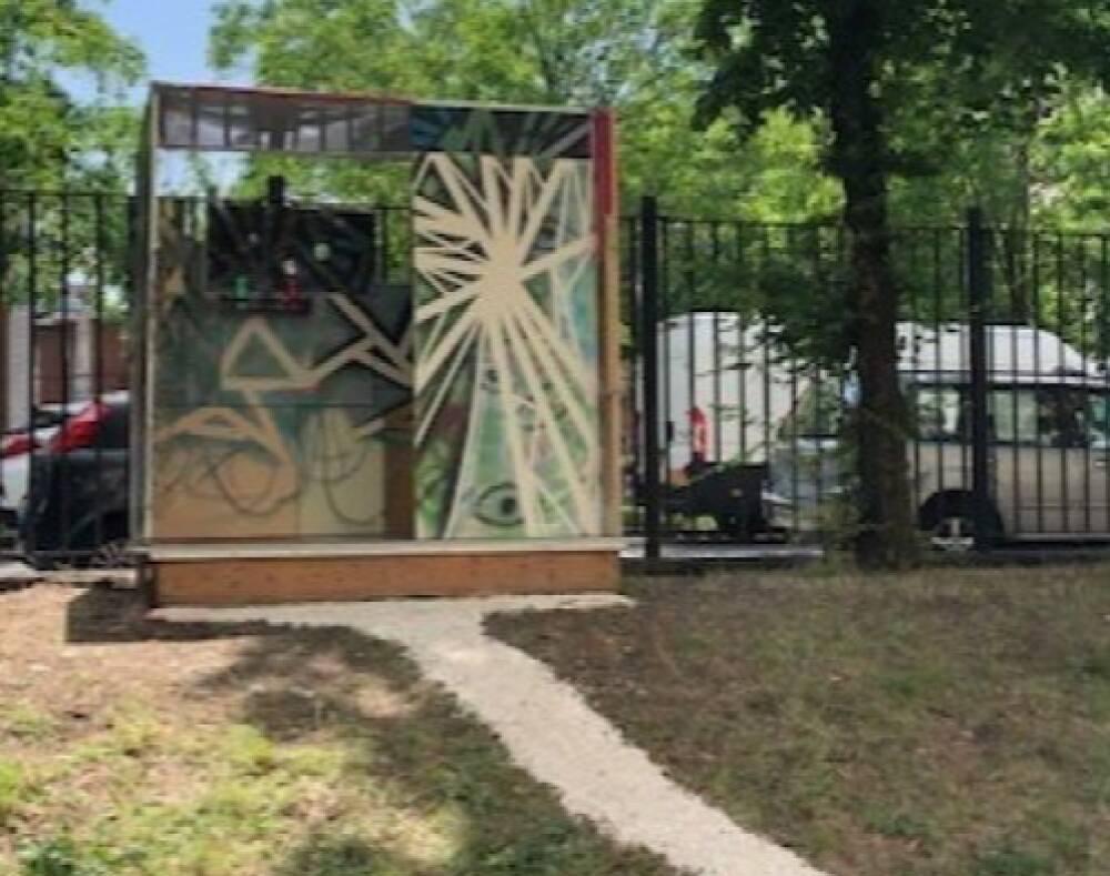 L'installazione artistica nel cortile della scuola
